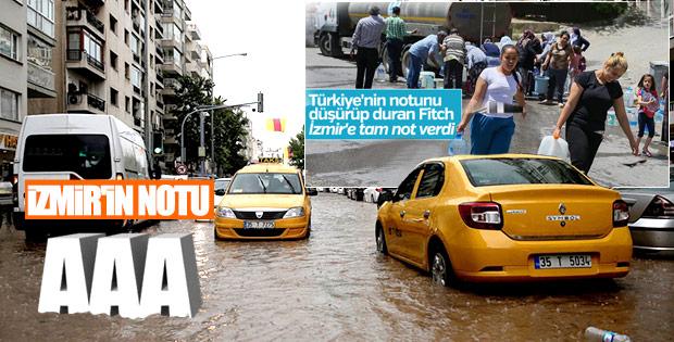 İzmir'de sağanak yolları su altında bıraktı