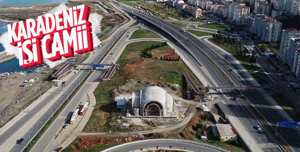 Trabzon'da iki yolun ortasına cami inşa ediliyor