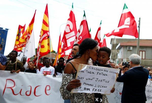 İtalyada göçmenlere kolaylık sağladığı için ev hapsine alınan belediye başkanına destek gösterisi 48