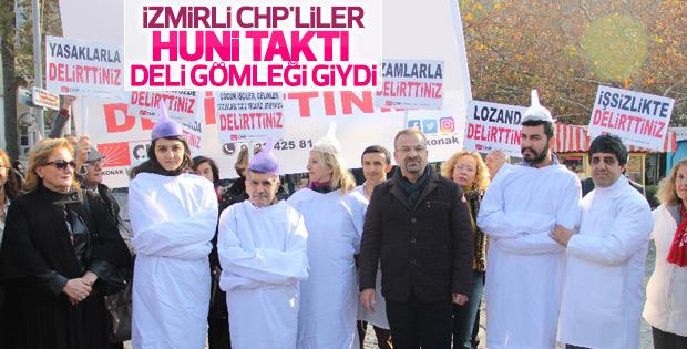 CHP'den İzmir'de deli gömlekli hunili eylem