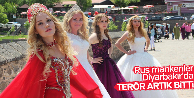 Rus mankenler Diyarbakır surlarını gezip, halay çekti