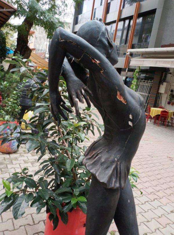 Balerin Meriç Sümen'in heykeline tecavüz girişimi