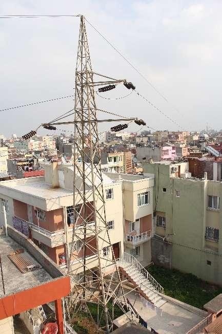 Adana'da yüksek gerilim hattına ip bağlayıp çamaşır astılar