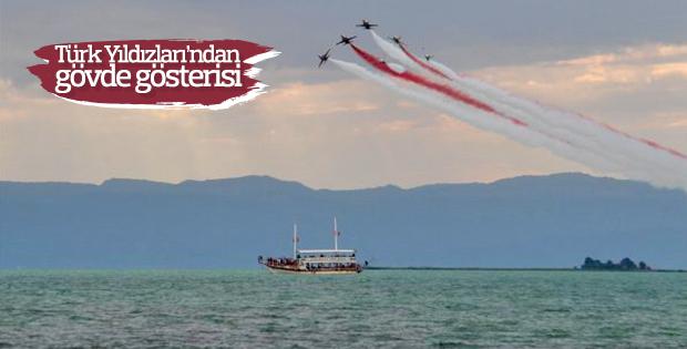Türk Yıldızları'ndan akrobasi gösterisi