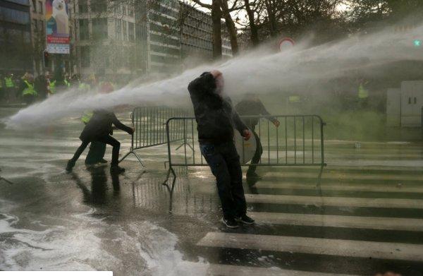 Brüksel'de panzerli biber gazlı polis müdahalesi