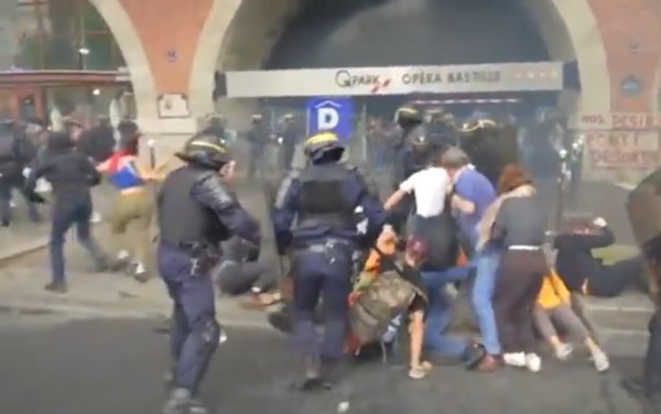 French police beat up protesters in Paris