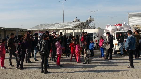 Suriyeliler sınır kapısında davul zurna ile halay çekti