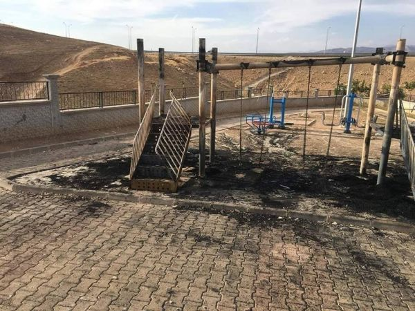 Kayyumun yaptığı çocuk parkları yakıldı