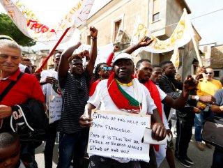 İtalyada göçmenlere kolaylık sağladığı için ev hapsine alınan belediye başkanına destek gösterisi 40