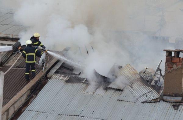 Öğrencilerin çatıya bıraktığı kül yangın çıkardı
