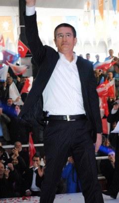 Ak Partili Nurettin Canikli sahneye belinde silahla çıktı