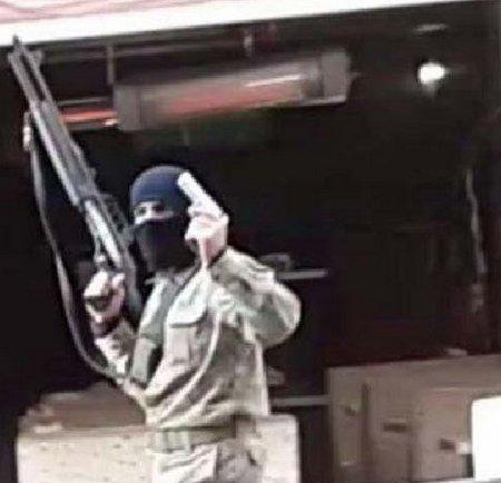 Kar maskesi ve pompalı tüfekle sokağa indi