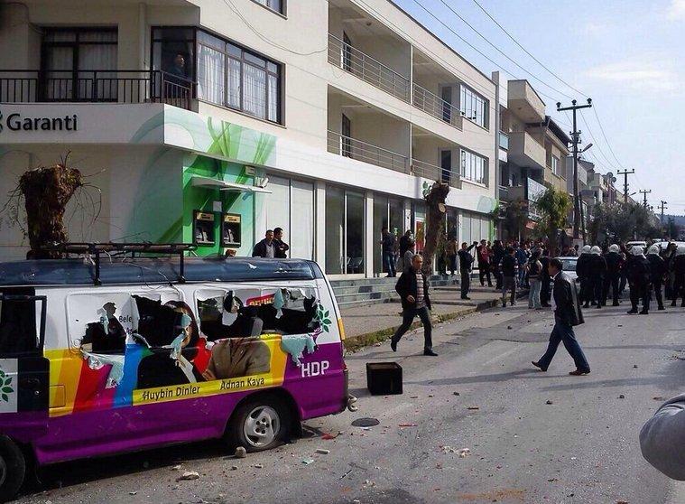 Urla'da HDP seçim bürosuna saldırı