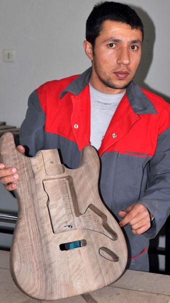 Bitlisli genç ürettiği gitarları dünyaya satıyor
