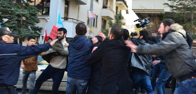 Çin Büyükelçiliği önünde kavga