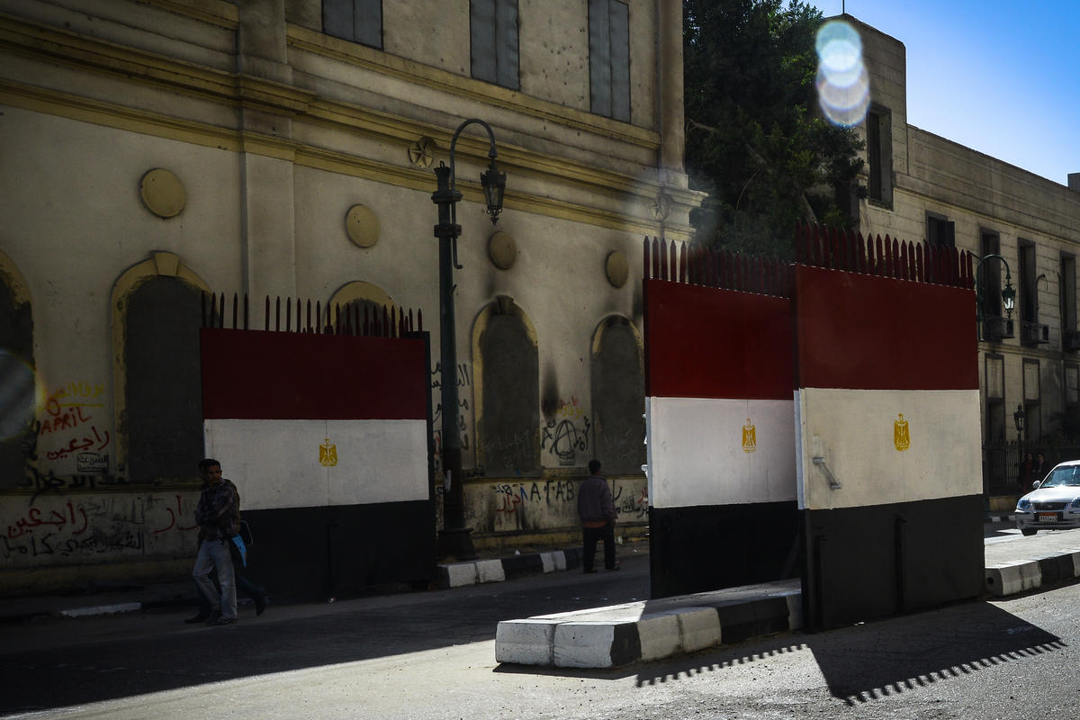 Kahire'nin ana caddesinde demir kapılı güvenlik önlemi