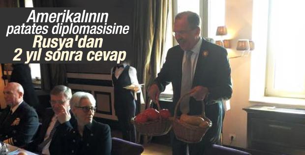Rusya'da John Kerry'ye patates ve domates hediyesi