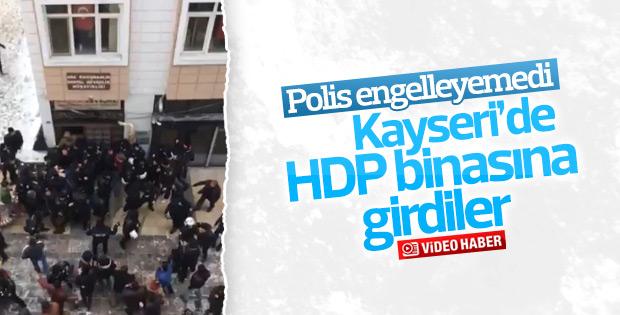 HDP binasına girmek isteyen grubu polis engelleyemedi