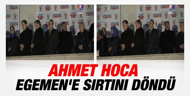Ahmet Davutoğlu balkonda Egemen Bağış'a sırtını döndü