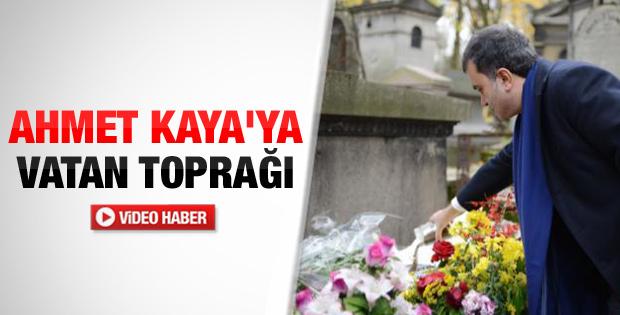 Ömer Çelik Ahmet Kaya'nın mezarını ziyaret etti
