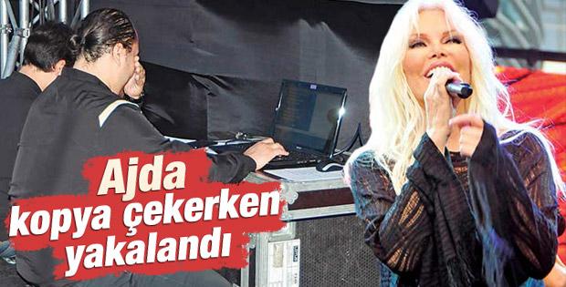 Ajda Pekkan'ın şarkı sözlerini hatırlatma ekibi