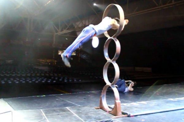 Çinli akrobattan nefes kesen gösteri -izle