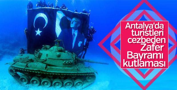 6 metre derinlikte Türk bayrağı ve Atatürk posteri açıldı