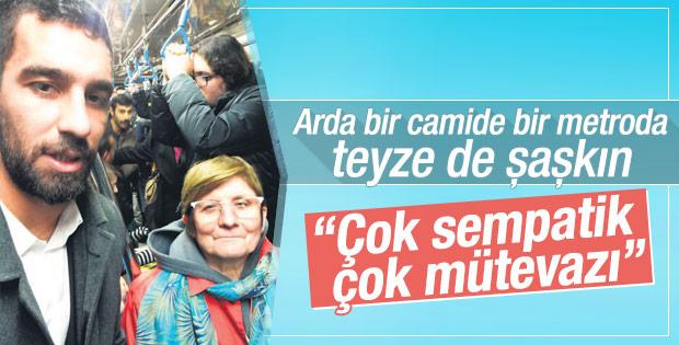 Arda Turan İstanbul'da metroda selfie çekti
