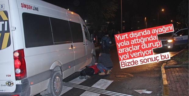 Yaya geçidinden geçen kadına minibüs çarptı
