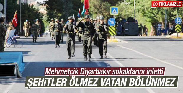 Askerler Diyarbakır'da sokakları inletti