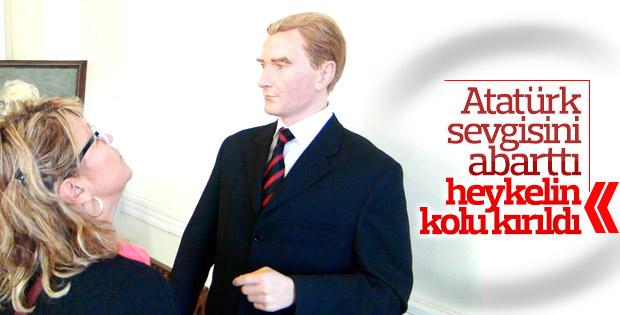 Saçları tek tek dikilen Atatürk heykeli