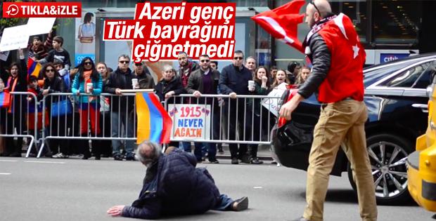 ABD'de Azeri genç Türk bayrağını yerde bırakmadı