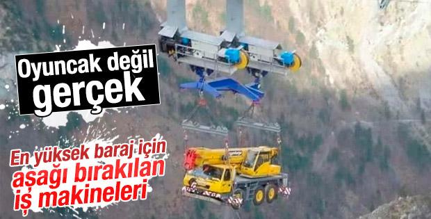 Artvin barajının iş makineleri havada taşındı
