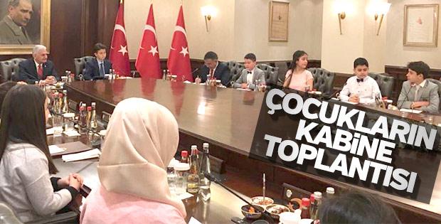 Başbakan koltuğunu Yağız Keçe'ye devretti