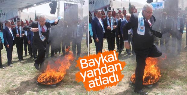 Baykal, hıdırellez ateşinin üstünden atladı