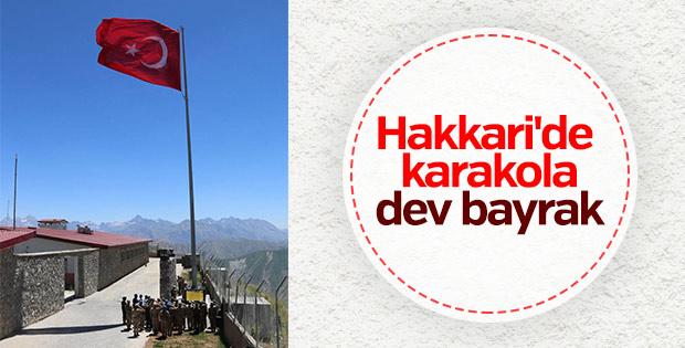 Hakkari'de karakola dev Türk bayrağı