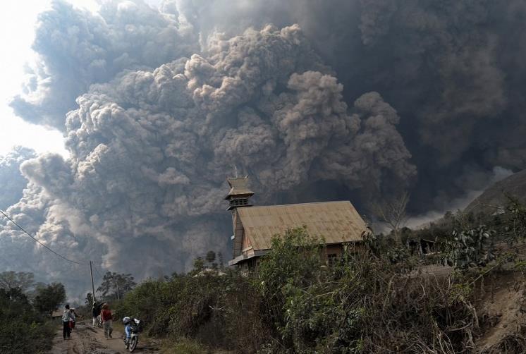 Endonezya'daki Sinaburg yanardağı patladı: 11 ölü - izle