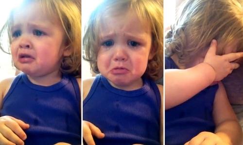 Annesinin düğün şarkısına ağlayan sevimli bebek İZLE