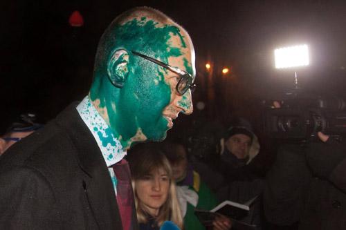 Muhalif lider Yatsenyuk'a boyalı saldırı