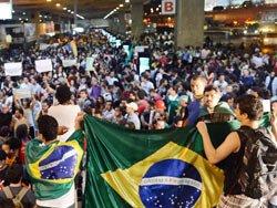 Brezilya'nın birçok ülkesinde halk sokağa çıktı. ile ilgili görsel sonucu