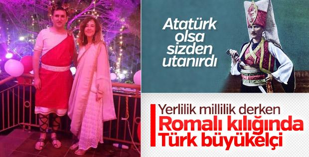 Türk Büyükelçi Romalı kıyafeti giydi