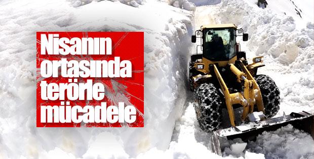 Yüksekova'da karla kaplı yollar açılıyor