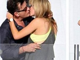 Charlie Sheen'in nişanlısı evli çıktı