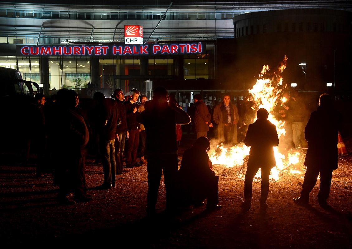 CHP önünde Çankaya gerilimi
