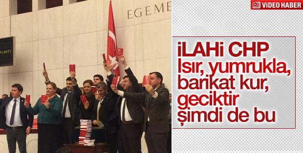 CHP'lilerden Anayasa kitapçıklı protesto