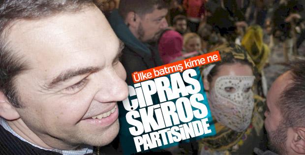 Aleksis Çipras'ın maskeli partide çekilen fotoğrafları
