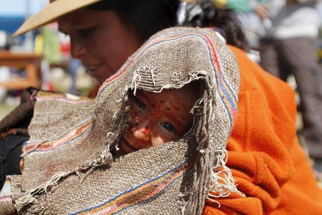 Peru'da çocuklar sağlıkla olsun diye kanla yıkanıyor
