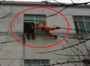 Çin'de bir kadın intihar edecekken, havada asılı kaldı - izle