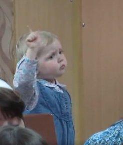 Günün sevimli çocuğu: Orkestra şefi küçük kız İZLE
