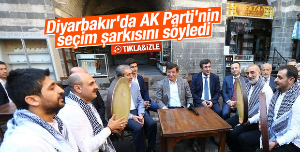 Davutoğlu Diyarbakır'da Grup Tillo ile şarkı söyledi